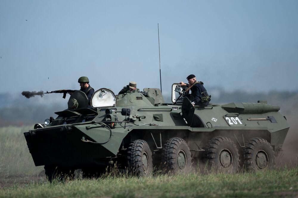 طاقم ناقلة جنود مدرعة خلال مسابقة ريمبات (Рембат) في مقاطعة أومسك، لعرض مهارة محترفي صيانة المركبات العسكرية والمدرعات الخاصة. وذلك في إطار مسابقة الألعاب العسكرية الدولية أرميا-2017 في روسيا.