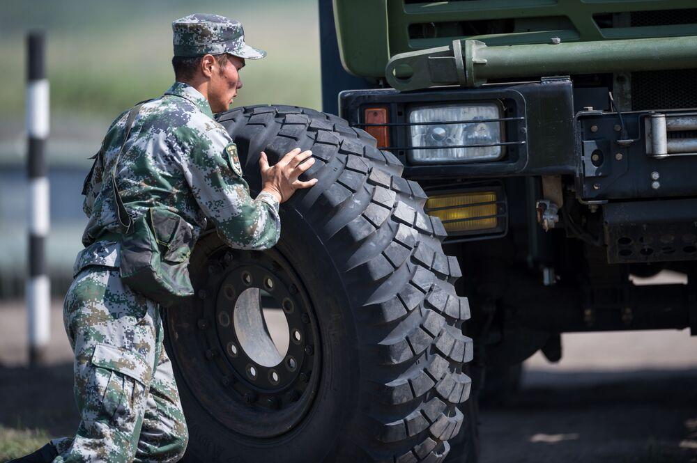 طاقم الصيانة الفنية خلال مسابقة ريمبات (Рембат) في مقاطعة أومسك، لعرض مهارة محترفي صيانة المركبات العسكرية والمدرعات الخاصة. وذلك في إطار مسابقة الألعاب العسكرية الدولية أرميا-2017 في روسيا.