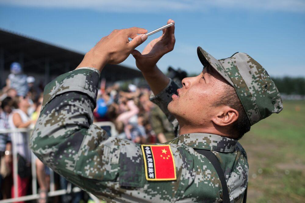 عسكري صيني خلال مسابقة ريمبات (Рембат) في مقاطعة أومسك، لعرض مهارة محترفي صيانة المركبات العسكرية والمدرعات الخاصة. وذلك في إطار مسابقة الألعاب العسكرية الدولية أرميا-2017 في روسيا.