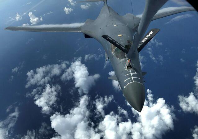 زيادة حدة التوتر بين الولايات المتحدة الأمريكية وكوريا الشمالية - قوات الطيران الجوي الأمريكي وطائرة بي-1بي تحلق فوق المحيط الهادئ