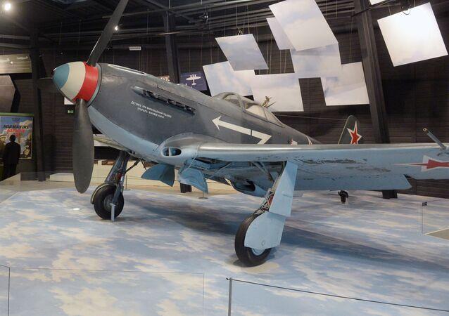 الطائرة الهجويمة ياك-9 في معرض الطيران في لو بورجيه