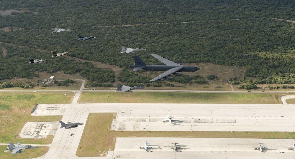 تدريبات عسكرية في القاعدة العسكرية للقوات الجوية الأمريكية في غوام