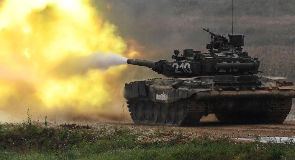 دبابة تي-90 خلال العرض في المنتدى الدولي أرميا-2017 في حقل ألابينو العسكري بضواحي موسكو، روسيا