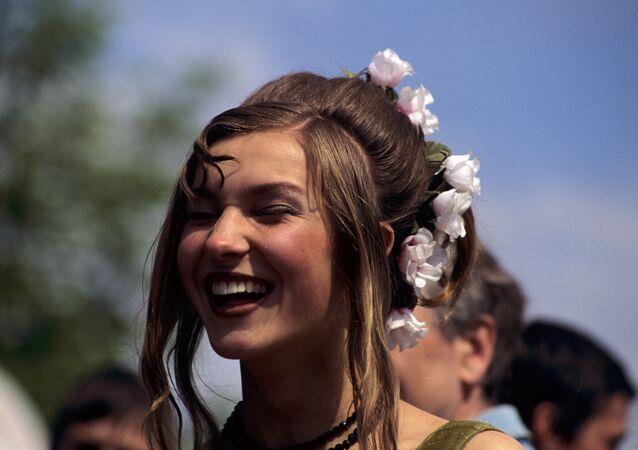 فتاة تضحك