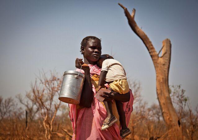 امرأة من جنوب السودان مع طفل