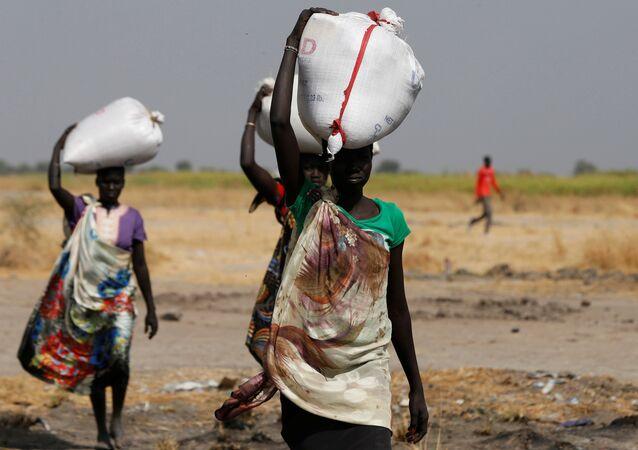 نساء يحملون الطعام على رؤوسهن في جنوب السودان