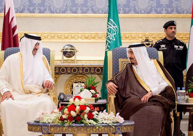 العاهل السعودي الملك سلمان مع أمير قطر الشيخ تميم آل ثاني