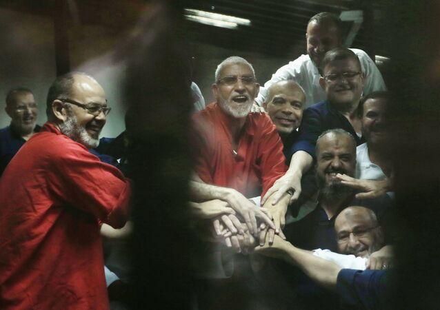 مرشد الإخوان المسلمين وأعضاء ممن الجماعة في السجن