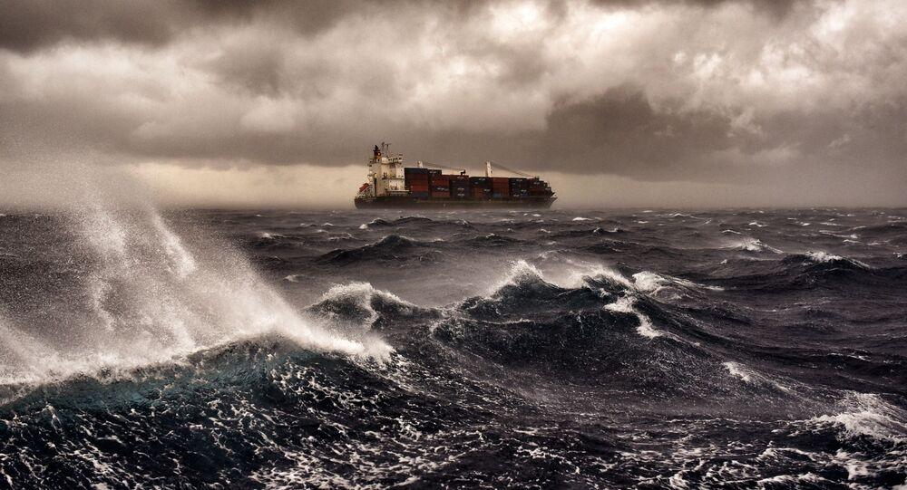 سفينة بضائع في البحر المتوسط تبحر خلال عاصفة رعدية على بعد 20 ميلا بحريا من مالطا 24 سبتمبر/ أيلول 2017