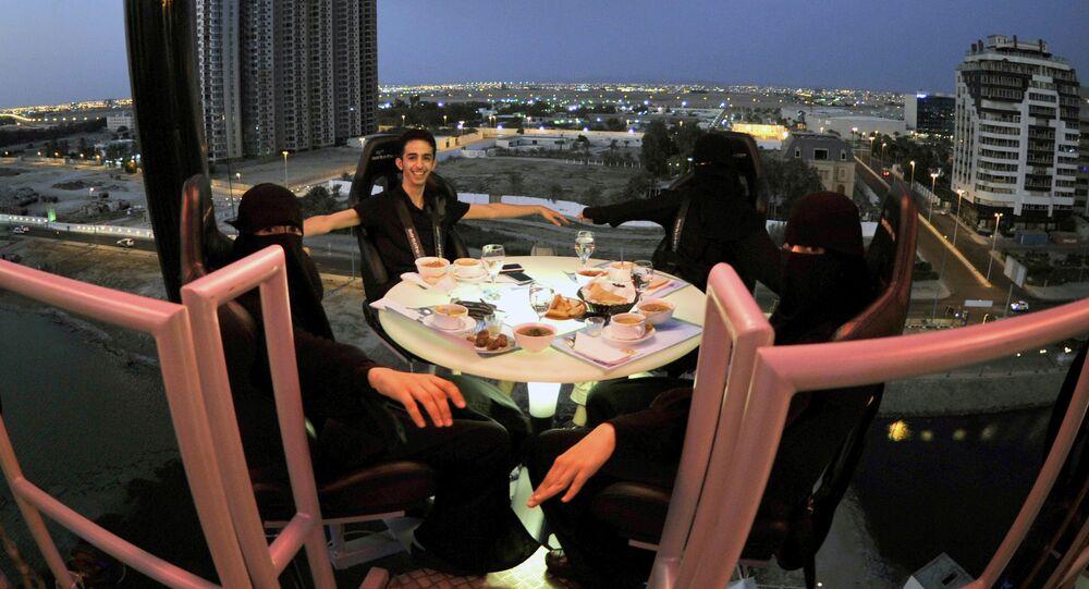 إفطار رمضان في مطعم على ارتفاع 50م فوق ميناء البحر الأحمر، جدة، السعودية 17 أغسطس/ آب 2011