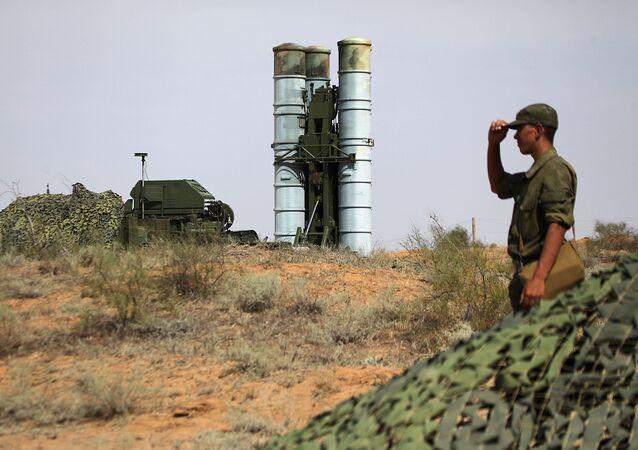 التحضيرات لإطلاق منظومات إس-400 (تريومف) في الحقل العسكري أشولوك في أستراخانسكايا أوبلست، روسيا