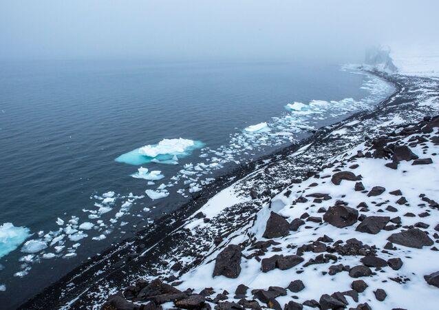 أرخبيل أرض فرانس جوزيف في بحر بارنتس في منطقة القطب الشمالي - ساحل جزيرة أرض جيورجي