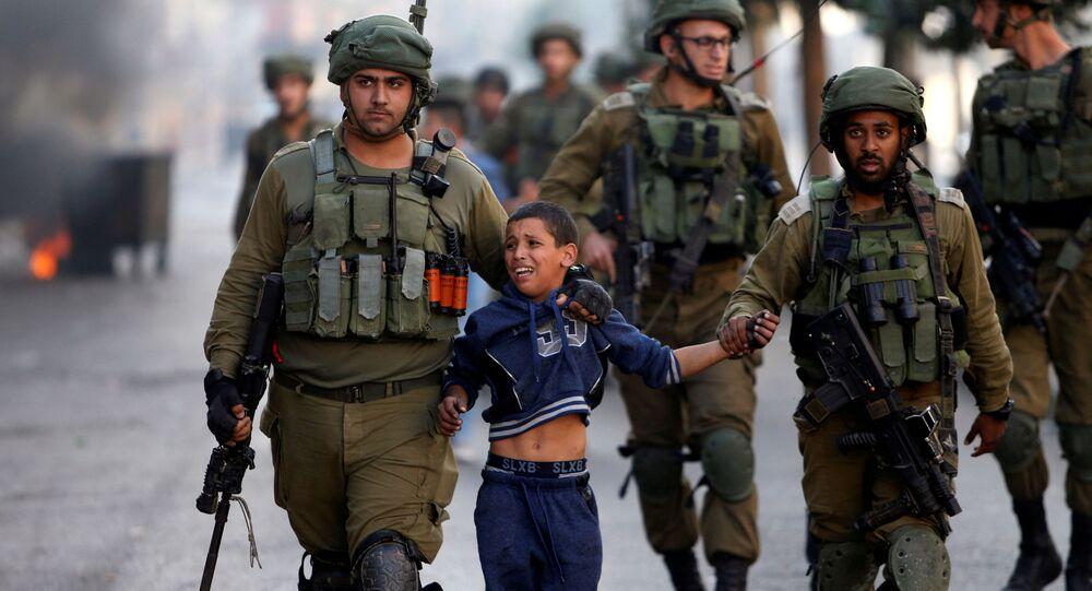 جنود إسرائيليون يعتقلون طفلا فلسطينيا خلال اشتباكات في الخليل، الضفة الغربية، 13 أكتوبر/ تشرين الأول 2017