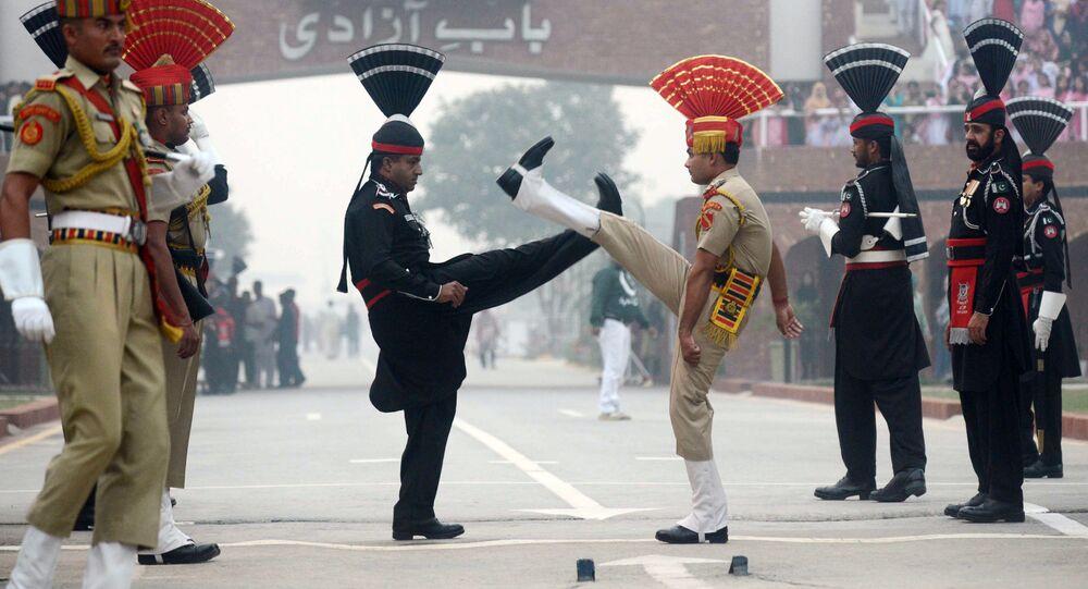 رجال الشرطة الباكستانية (في الزي الأسود) وأفراد قوات الأمن الحدودية الهندية (في الزي البني) في موقع حاجز واغاه بوردر بين الهند وباكستان، على بعد نحو 35 كم غرب أمريتسار ، 30 أكتوبر/ تشرين الأول 2017