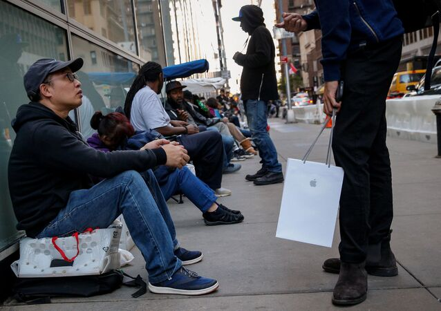 مبيعات هواتف آيفون إكس في متاجر أبل بمختلف مدن العالم 3 نوفمبر/ تشرين الثاني 2017 - نيويورك، الولايات المتحدة
