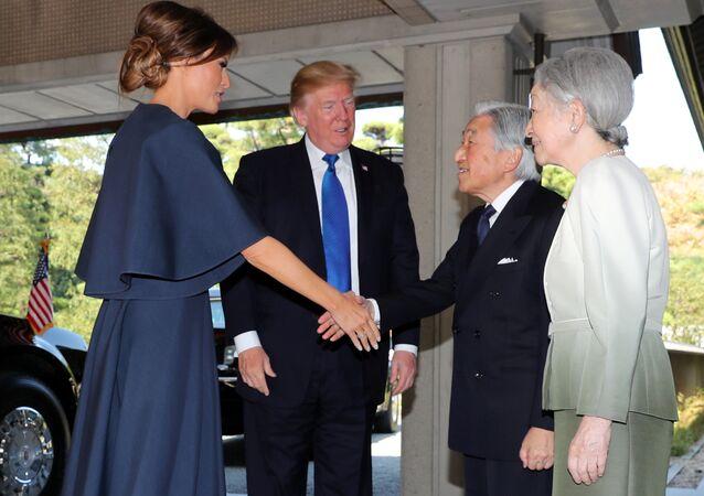 إمبراطور اليابان و عقيلته في إستقبال ترامب و زوجته