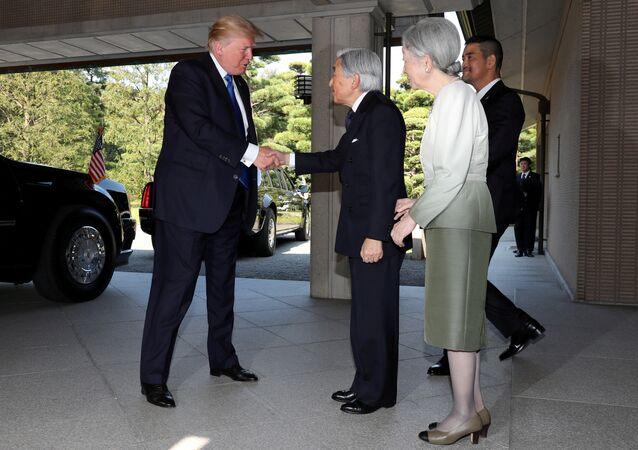 مصافحة ترامب و إمبراطور اليابان