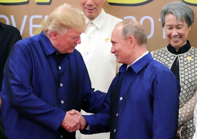 الرئيس الروسي فلاديمير بوتين والرئيس الأمريكي دونالد ترامب يتصافحان خلال اللقاء في قمة إبيك، فييتنام