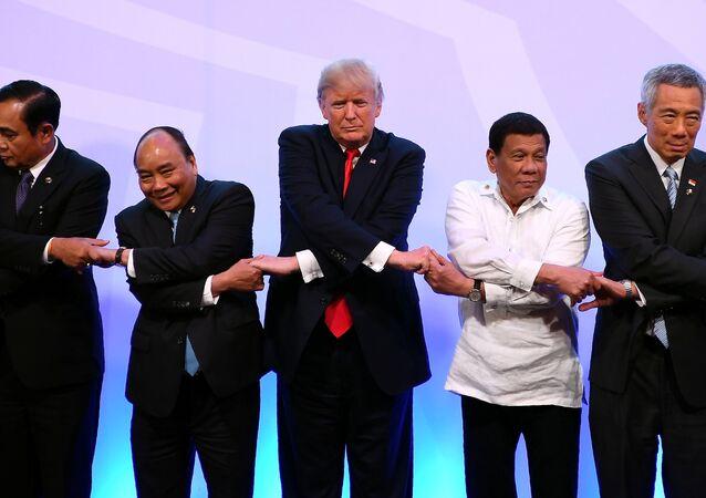 مصافحة جماعية خلال مراسم افتتاح قمة آسيان