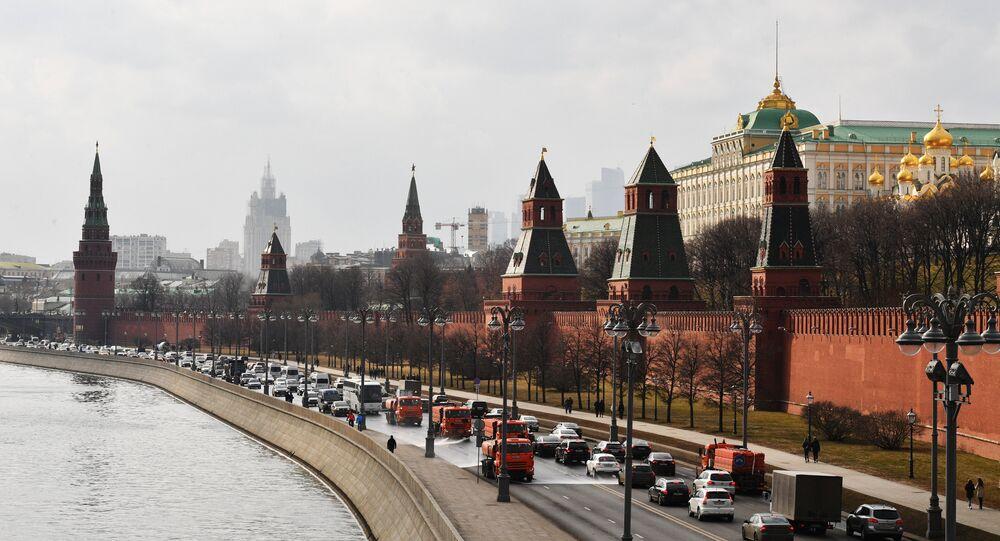 وزارة الخارجية الروسية على خلفية الكرملين في موسكو