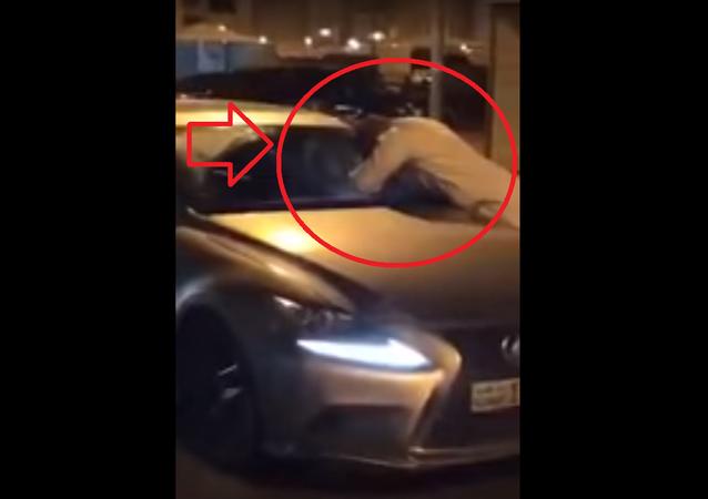 ملاكم كويتي يخطف فتاة من سيارتها