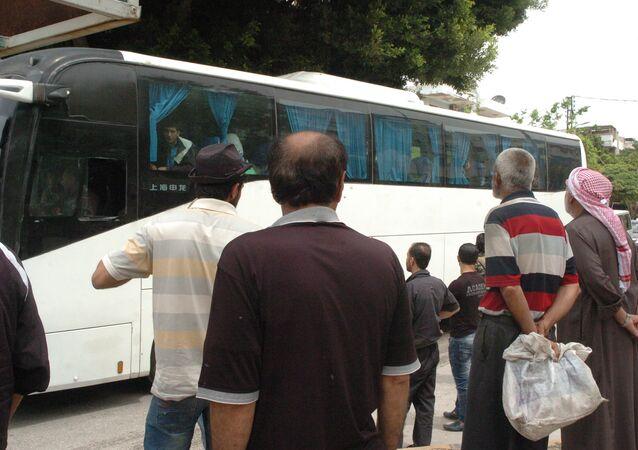سكان دير الزور المهجرين يصعدون بالحافلات