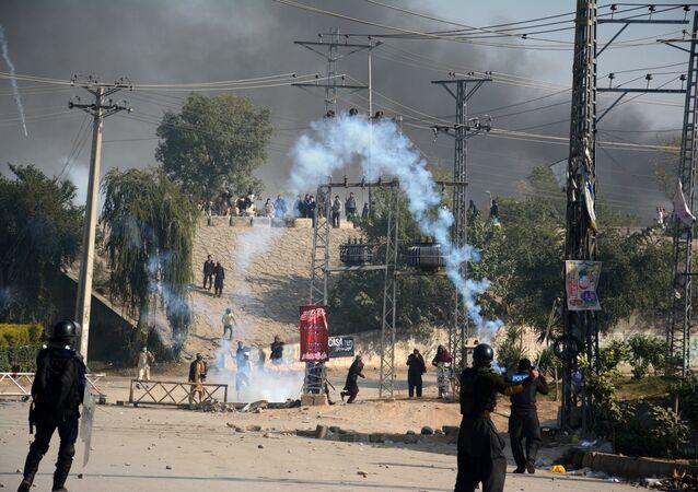 الشرطة تطلق الغاز المسال على المتظاهرين في باكستان