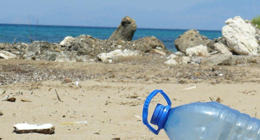 بلاستيك على الشاطئ