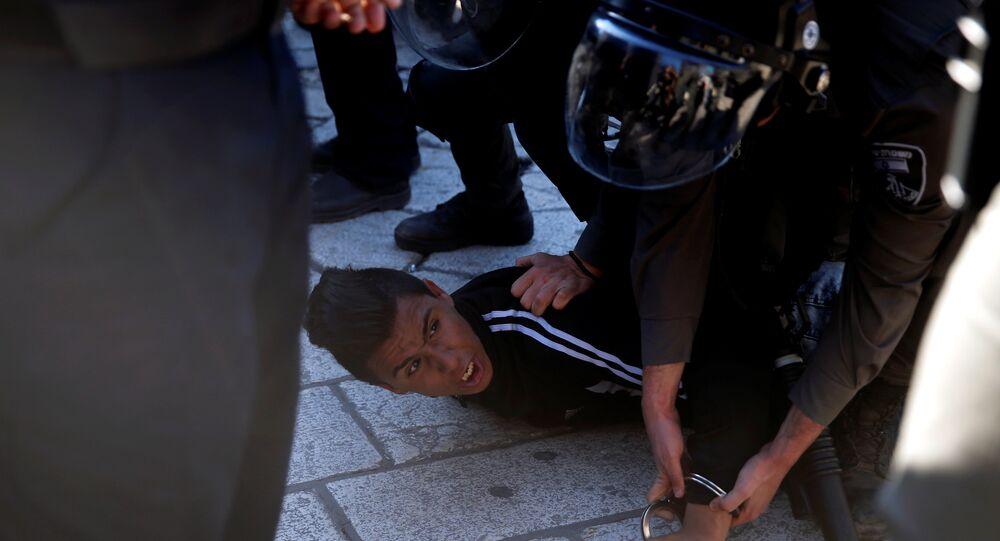 الشرطة الإسرائيلية تعتقل شابا فلسطينيا في باب العامود بالمسجد الأقصى