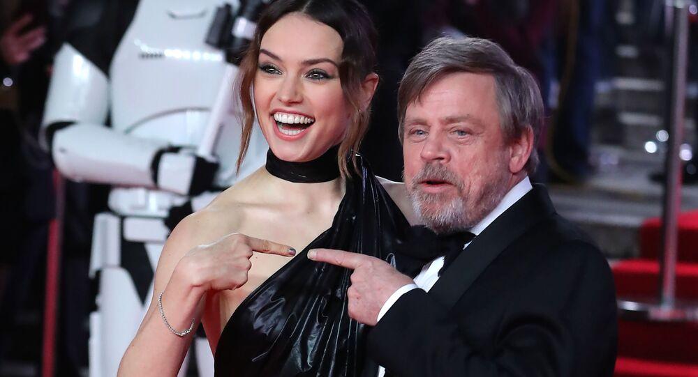 الممثلة البريطانية ديزي ريدلي (يسار) والممثل الأمريكي مارك هاميل (يمين) على السجادة الحمراء، خلال العرض الافتنتاحي الأول في أوروبا لفيلم حرب النجوم: جيدي الأخير (Star Wars: The Last Jedi ) في قاعة رويال ألبرت في لندن في 12 ديسمبر/ كانون الأول 2017