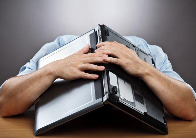 رجل على رأسه كمبيوتر