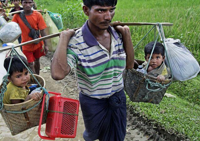 لاجئو الروهينغا يصلون مخيم بالوخالي للاجئين على الحدود بين ميانمار وبنغلادش