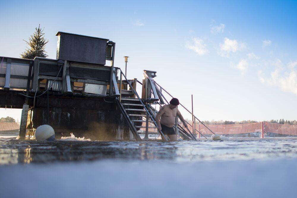 الغطس في مياه نهر بارد (+واحد فوق الصفر) بعد حمام ساخن، بينما درجة حرارة الجو تصل إلى - 17 تحت الصفر، فنلندا
