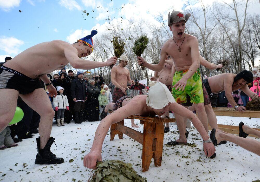 الحمام البارد في الهواء الطلق وعلى الثلج في حديقة خاريتون في يكاترينبورغ، روسيا