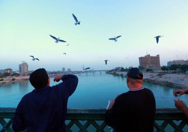 الحياة اليومية في العراق - جسر الأحرار في بغداد