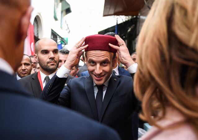 زيارة الرئيس الفرنسي إيمانويل ماكرون إلى تونس، الرئيس الفرنسي يرتدي طربوشا في أحد أسواق البلدة القديمة مدينة 1 فبراير/ كانون الثاني 2018