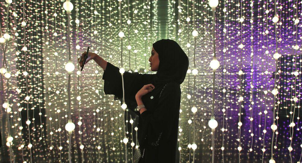 امرأة إماراتية تلتقط سيلفي في معرض دبي الدولي للإنجازات الحكومية في متحف دبي للمستقبل، الإمارات المتحدة 12 فبراير/ شباط 2018