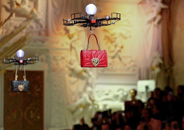 شركة أزياء عالمية تستعين بطائرات دون طيار لعرض الحقائب
