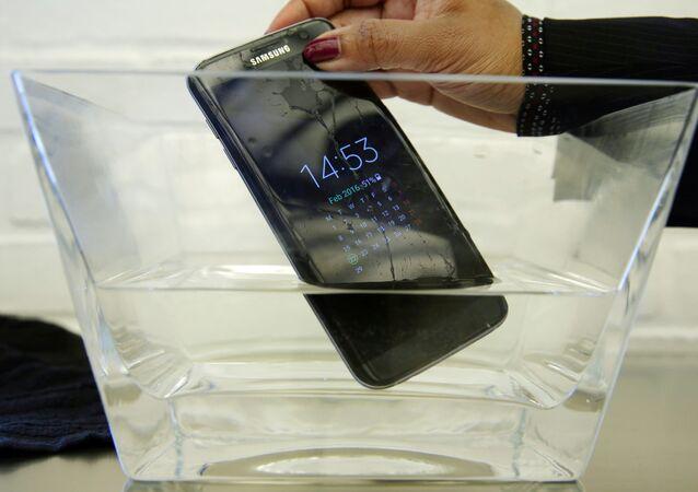 هاتف ذكي في الماء
