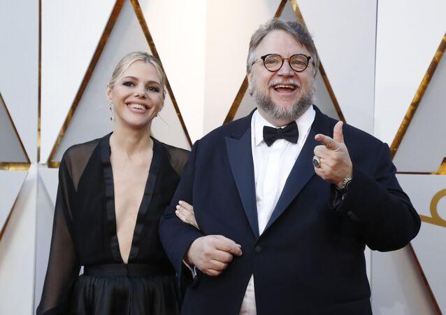 المخرج غيليرمو ديل تورو مع كاتبة السيناريو كيم مورغان في حفل توزيع جوائز الأوسكار الـ 90 في 4 مارس/آذار 2018 في مدينة لوس أنجلوس الأمريكية