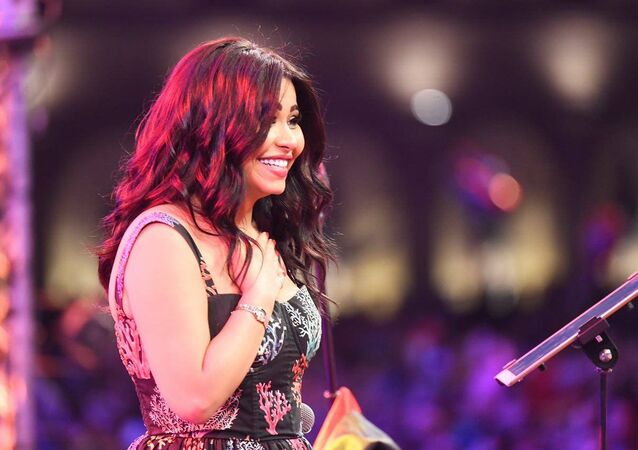 شيرين عبد الوهاب أثناء إحيائها لحفل غنائي في القرية العالمية في دبي في الإمارات العربية المتحدة بتاريخ 9 مارس/آذار 2018