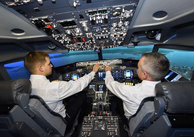 طياران خلال التدريبات على متن طائرة بوينغ-737 من شركة دريم آيرو