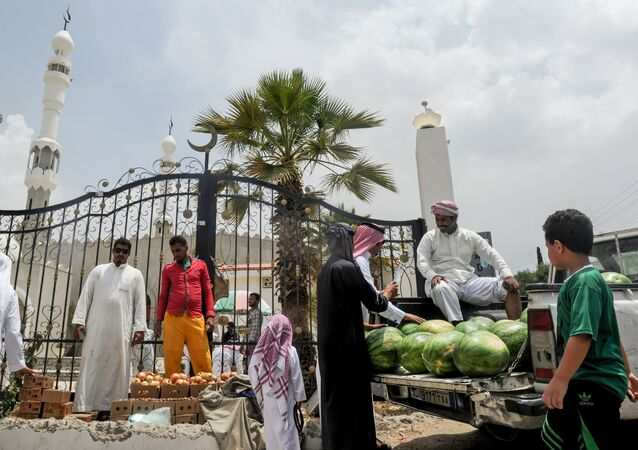 رجال يتبضعون في كشك للفواكه خارج مسجد في مدينة الطائف، السعودية في 28 يوليو/ تموز 2017