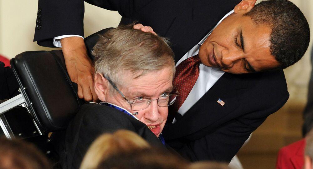 الرئيس الأمريكي السابق باراك أوباما يمنح عالم الفيزياء البريطاني الشهير ستيفن هوكينغ وسام الحرية في البيت الأيض، واشنطن 12 أغسطس/ آب 2009