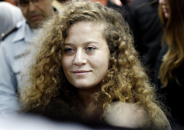 الشابة الفلسطينية عهد التميمي تصل إلى المحكمة الإسرائيلية لمحاكمتها في بيتونيا، الضفة الغربية، 13 فبراير/ شباط 2018