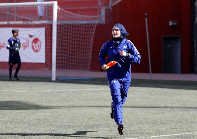 حكمة فلسطينية، ياسمين نيروخ (29 عاما)، خلال مباراة كرة القدم في الخليل، الضفة الغربية، فلسطين 26 مارس/ آذار 2018
