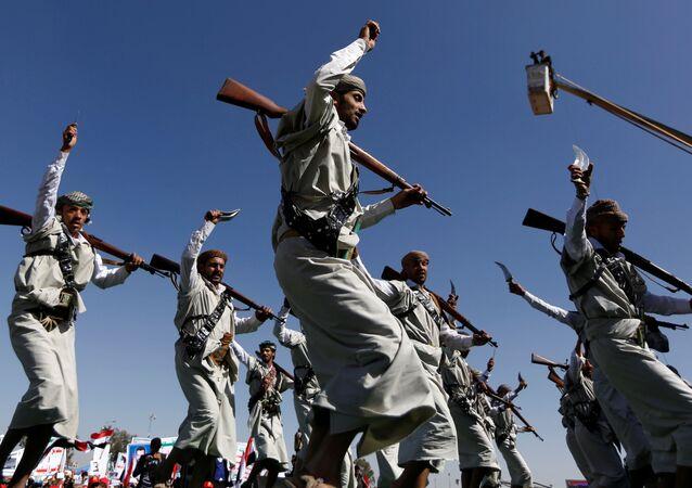 قوات أنصار الله تحتفل بصمودها للعام الثالث أمام قوات التحالف العربي