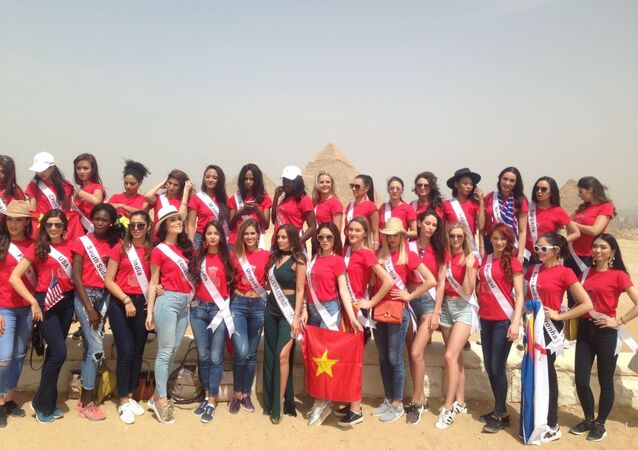 ملكات جمال العالم يزرن منطقة أهرام الجيزة خلال جولتهم عبر العديد من المدن في جمهورية مصر العربية، الخميس 12 نيسان/أبريل 2018