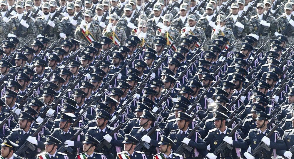 قوات الجيش الإيراني أمام ضريح المؤسس الثوري الراحل آية الله الخميني بمناسبة الاحتفال بيوم الجيش الوطني، خارج طهران، إيران، الأربعاء 18 أبريل/نيسان 2018.