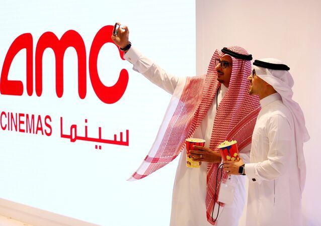 سعوديان يلتقطان السيلفي بعد افتتاح أول سينما بالمملكة، 18 أبريل/ نيسان 2018